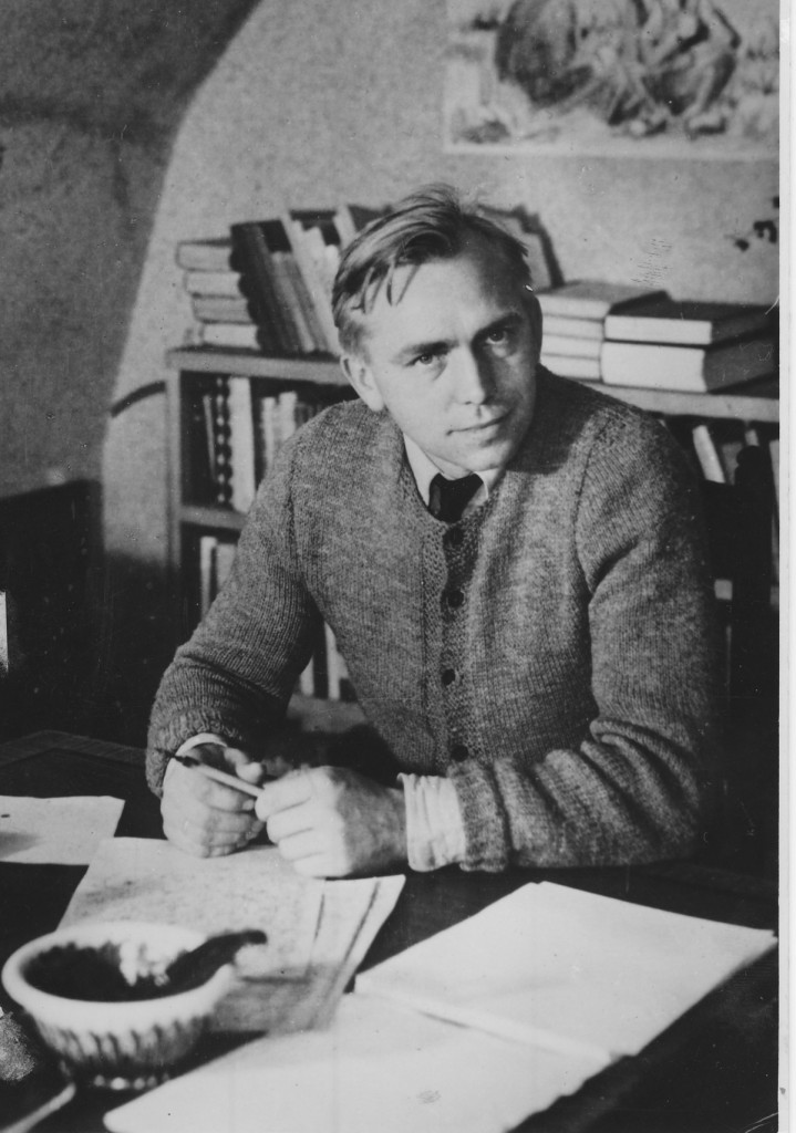 Martin A. Hansen i sit arbejdsværelse, Skolevangen 21, Brønshøj. Her blev bl.a. romanerne Jonatans Rejse, Lykkelige Kristoffer og Løgneren skrevet. Pressefoto ca. 1941