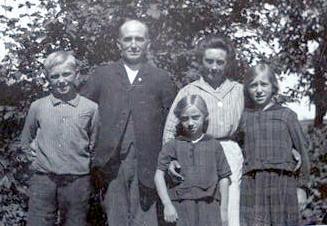 Forrest til venstre Alfred Martin Hansen og hans søstre Karen Bodil og Inger. Bagved Faderen Hans Peder og moderen Karen Christine Mariane Hansen